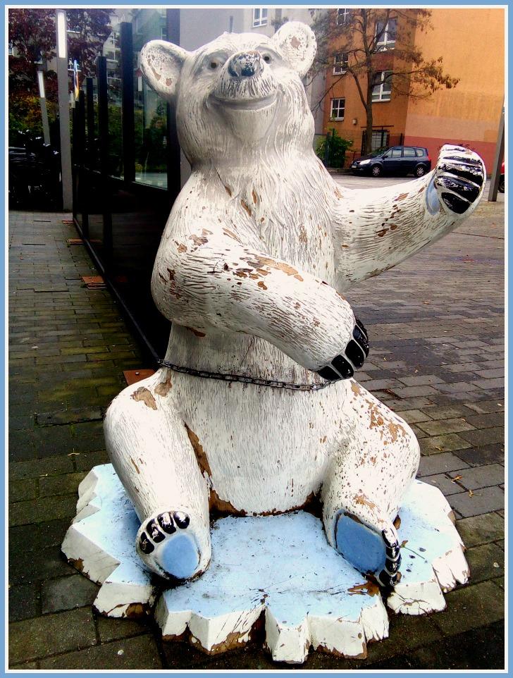 Kitsch bear from Berlin Wedding bekitschig