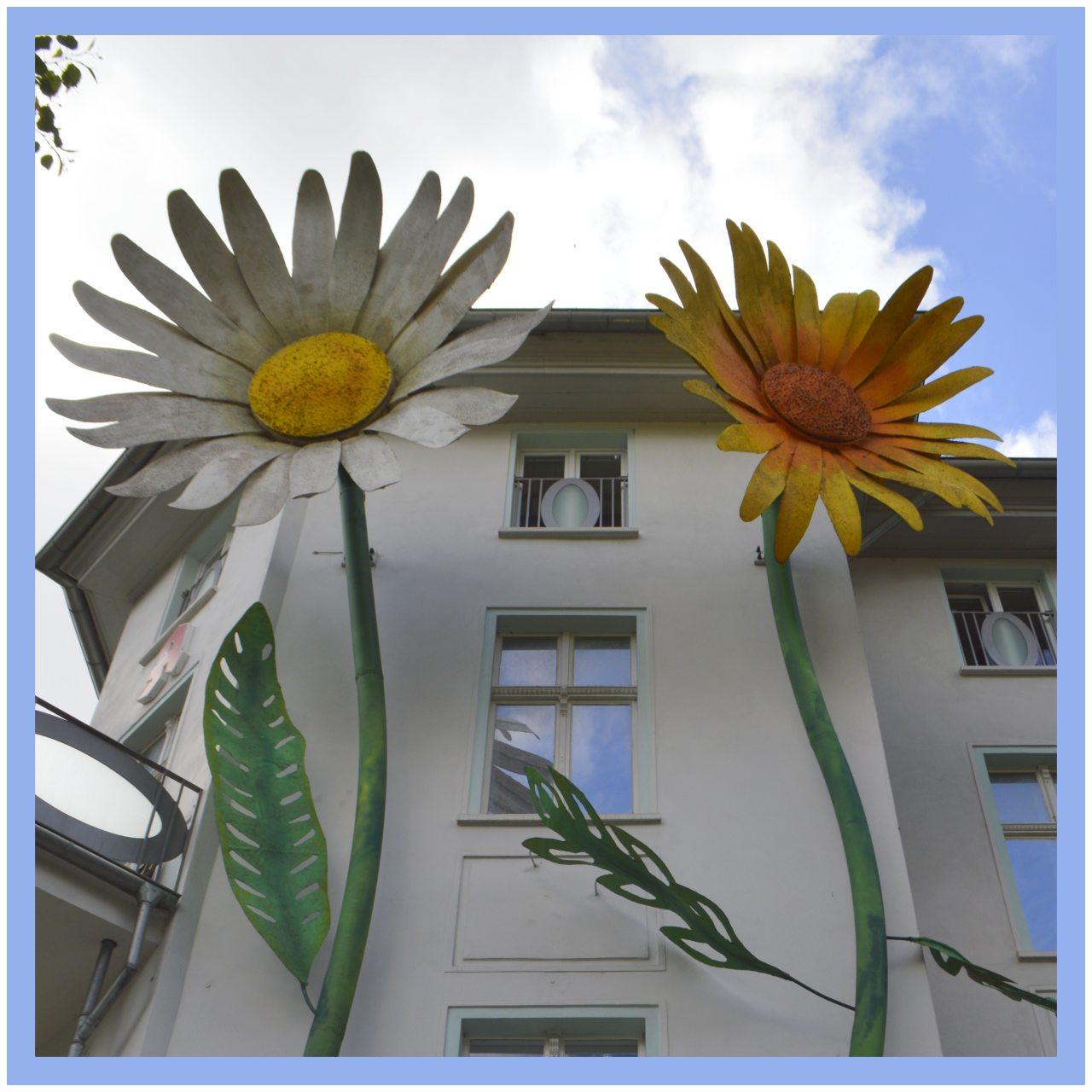 unusual street art sculptures of huge flowers große Blumen Berlin